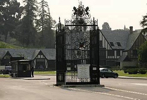 Michael Jackson haudataan Forest Lawnin hautausmaalle 10 viikkoa kuolemansa jälkeen.