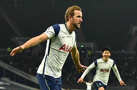 Harry Kane (vas.) teki Tottenhamin toisen maalin Arsenalin verkkoon.