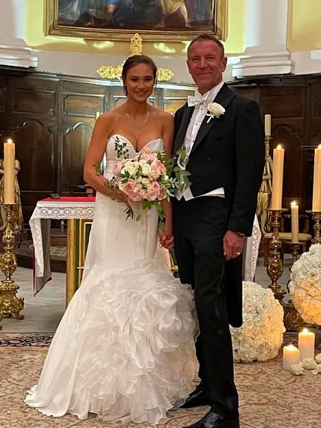 Renny ja Johanna Harlinin avioliiton siunaustilaisuus järjestettiin englanniksi, ja se noudatti pitkälti perinteisen hääseremonian kaavaa