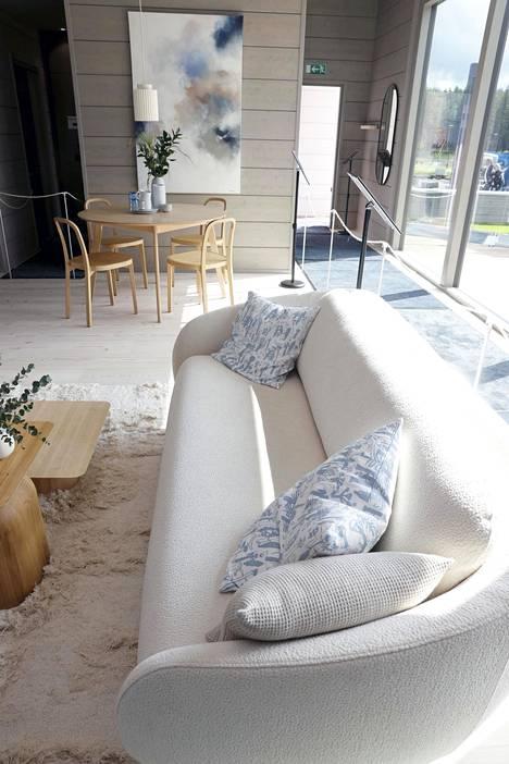 Honka Huomen on messukoti numero 41. Kohteessa on väljyyttä ja pyöreitä muotoja. Kuvassa Hakolan Bobo-sohva.