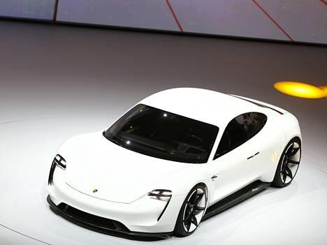 Porsche esitteli sähköautoa tämän vuoden automessuilla.