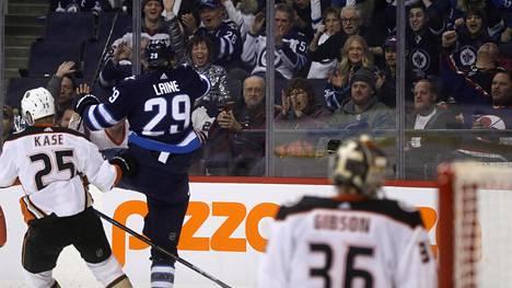 Winnipeg Jetsin suomalaishyökkääjä Patrik Laine juhlii maaliaan ottelussa Anaheim Ducksia vastaan.