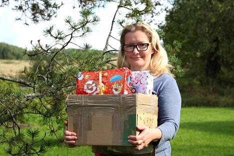 Pauliina Sjöholm sai postissa lahjapaketteja.