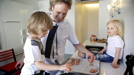 Kari Aihinen on vieraillut Kaappaus keittiössä -ohjelman kautta jo yli 50 suomalaiskodissa.