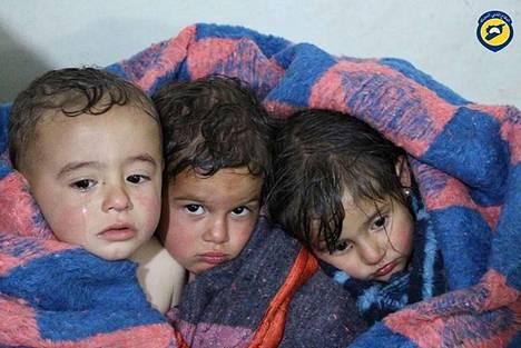 Kemiallisilla aseilla tehdyn iskun uhreiksi joutuneita lapsia Idlibin provinssissa Syyriassa.