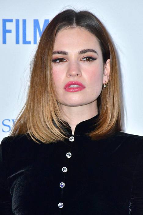 Lily James on tuttu myös Downton Abbey -sarjasta.