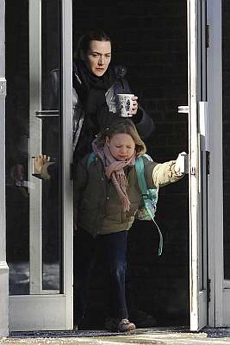 Näyttelijä Kate Winslet ei tingi tyylistä edes aamukiireessä. Muovikipon sijaan hän otti mukaansa suomalaisen design-mukin kiiruhtaessaan Mia-tyttärensä kanssa kouluun.