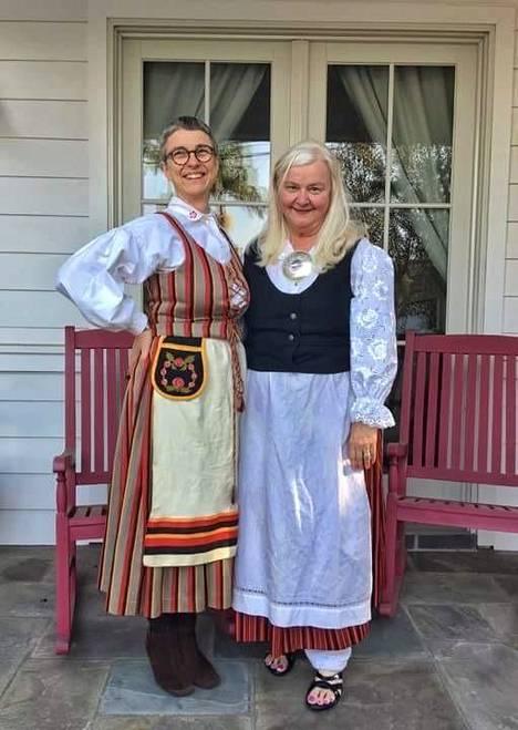 Bitte Westerlund ja Ava Anttila joutuivat evakkoon, mutta improvisoivat omat itsenäisyyspäivän juhlat rannalla.