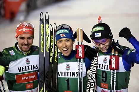 Johannes Rydzek sijoittui kolmanneksi, Akito Watabe voitti ja Eero Hirvonen (oik.) pinnisti toiseksi.