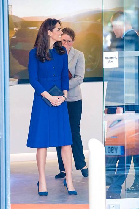 Catherine pitää usein kiinni laukustaan molemmin käsin. Joidenkin lähteiden mukaan hän välttää tällä tavoin kätevästi kättely-yritykset. Kuninkaalliset eivät saisi kosketella vieraita ihmisiä edustustilaisuuksissa.