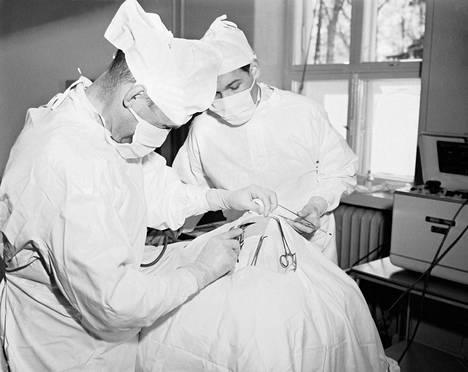 Aivoleikkaus Kellokosken mielisairaalassa vuonna 1953.