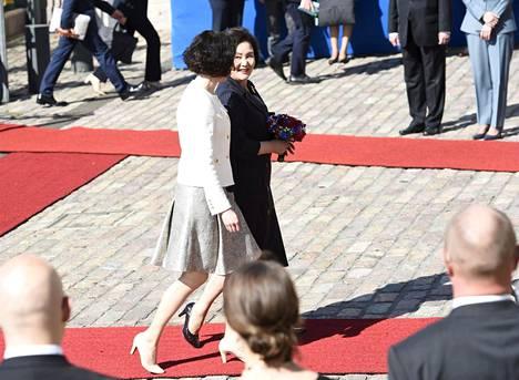 Rouva Jenni Haukio tervehti Etelä-Korean presidentin puolisoa Kim Jung-sookia.