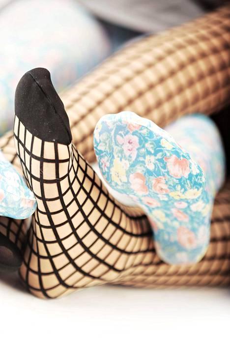 Sukkahousuja pukiessa kannattaa pitää hanskat käsissä.