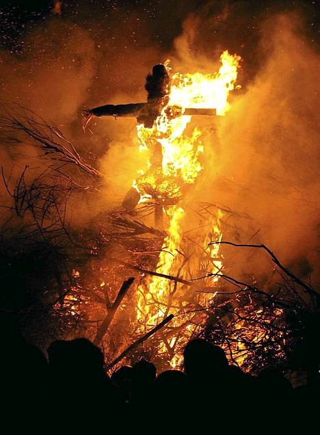 Nyt alkoi kevät: näin sanotaan hyvästit talvelle. Kokkoja poltettiin perinteisesti 21. helmikuuta Simonsbergissä Saksassa. Kokkoja poltetaan noin 60 rannikon kylässä ja kaupungissa. Tapahtuman tarkoituksena on sanoa hyvästit talvelle.