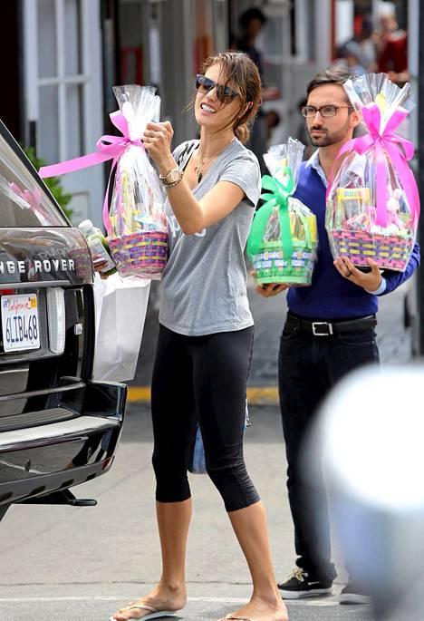 Alessandra Ambrosio kuljetti kotiinsa sylintäydeltä pääsiäisherkkuja.