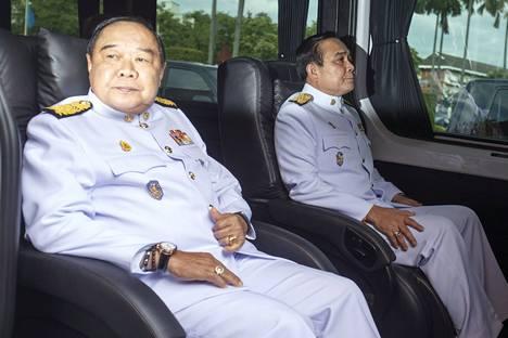 Thaimaan sotilashallinnon pääministeri Prayuth Chan-ocha (vas.) ja puolustusministeri Prawit Wongsuwan. Kuva on viime vuoden syyskuulta.