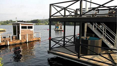 Saunalauttalaituria aiotaan laajentaa ensi kesäksi 10-15 lautalle sopivaksi. Ankkurissa on valmiiden lauttojen lisäksi myös rakenteilla olevan lautan aihio.