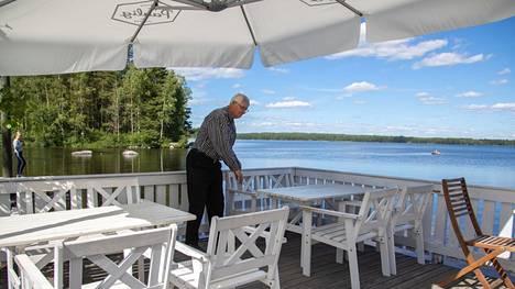 Mäntyharjulla, Miekankoskella, autoilija voi nauttia maisemista kahden järven välissä.