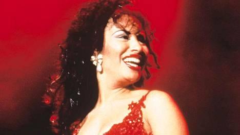Selenan tunnusmerkkejä olivat pitkä, tumma tukka ja burgundinpunaisiksi maalatut huulet. Strasseilla koristellut yläosat kuuluivat myös vahvasti laulajan esiintymisasuihin.