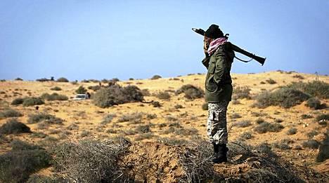 Libyan kapinallisten sotilas seisoi eilen panssatinyrkkinsä kanssa asemissa Sirten kaupungin ulkopuolella.