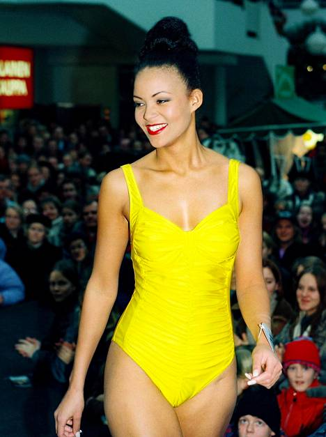 Lola Odusoga vuonna 1996 Miss Suomi -kiertueella.