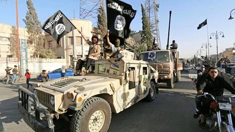 Isisin mustat liput liehuivat Raqqan kaduilla kesäkuussa 2014.