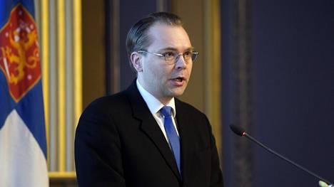 Puolustusministeri Jussi Niinistö puhumassa maanpuolustuskurssin avajaisissa Helsingin Säätytalolla.