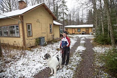 Sadattuhannet suomalaiset ovat nähneet tämän talon, sillä siellä kuvattiin Heikki Turusen Simpauttaja-elokuvan baarikohtaus 1975. Ale Kiiskisen ja Martta-koiran vieraillessa meno pihassa on vaisumpaa.