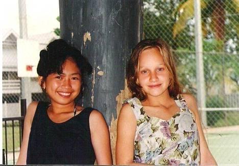 Anna hyvän ystävänsä filippiiniläisen Mayetten kanssa. Mayette asuu yhä Papualla.