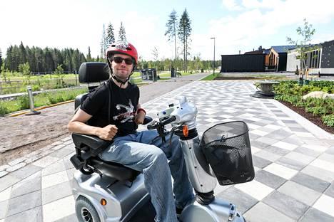 Pyörätuolilla liikkuvan Mikael Turtiaisen koti on suunniteltu hänen tarpeisiinsa.