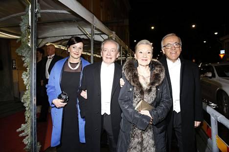 50-vuotistaiteilijajuhlaa viettävät Matti ja Teppo Ruohonen olivat haluttua seuraa juhlissa. Kuvissa myös vaimot Anne ja Varpu.