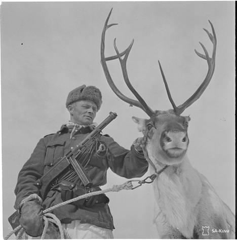 Venäjällä syntyi kohu voitonpäivän julisteesta, johon oli päätynyt tämä suomalaissotilaan kuva poroineen.