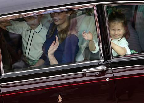 Pikku prinsessa innostui vilkuttelemaan suloisesti auton ikkunasta.