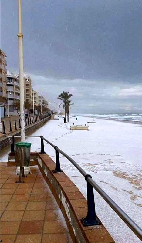 Fuengirolassa nähdään hyvin harvoin lunta rannalla.
