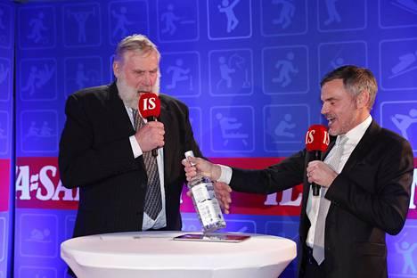 ISTV:n juontaja Antti Virolainen sai kunnian ojentaa Juha Miedolle Jelena Välben lahjaksi lähettämän votkapullon.
