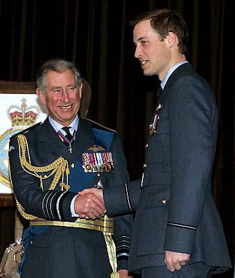 Ylpeä prinssi Charles luovuttaa RAF:n sotilasarvomerkin pojalleen prinssi Williamille.