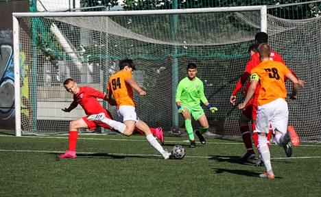 """FC Viikingit (punaisessa) ja Valtti/JML kohtasivat Töölössä """"Saharan"""" kentällä 17-vuotiaiden poikien sarjassa. Valtti voitti tiukan ottelun 0–1."""