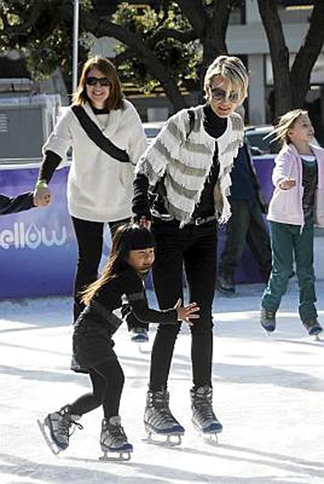 Johnny Hallydayn vaimo Laeticia Boudou ja tytär Jade.
