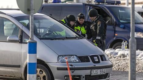 Ruotsin kansalaiselta vaaditaan Suomeen pääsyyn tällä hetkellä hyvä syy. Suomen kansalainen voi tulla Suomeen esteittä. Kuva on rajatarkastuksesta Torniosta viime maaliskuulta.