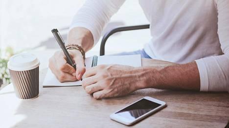 Töihin palaamista helpottaa, jos tärkeät tiedot on laittanut muistiin ennen lomalle lähtöä. Myös syksyn töiden listaaminen voi auttaa, jos listojen teko on loman alla unohtunut.