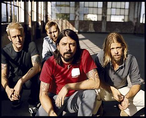Foo Fighters vetää yleisöä.