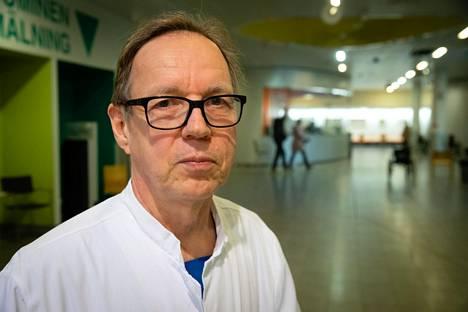 Helsingin yliopistollisen sairaalan (HUS) infektiolääkäri Veli-Jukka Anttila kuvailee koronaa kieroksi taudiksi.