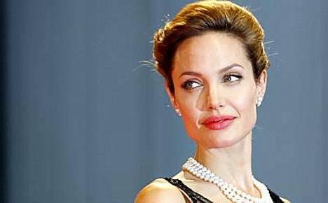 Angelina Jolie näyttää paljasta pintaa, mutta vain virtuaalisessti.