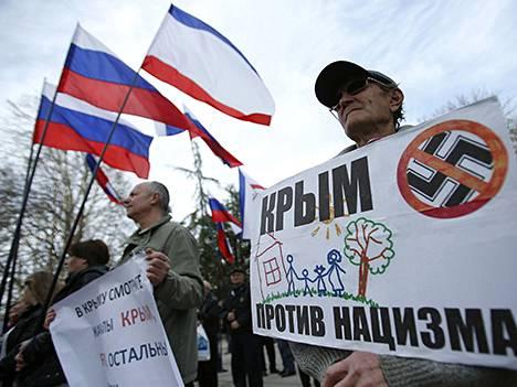 Venäjämielisiä Krimin alueparlamentin edustalla Simferopolissa tänään.