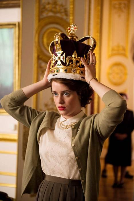 Näyttelijä Claire Foy kuningatar Elisabetina Netflixin The Crown -sarjassa.