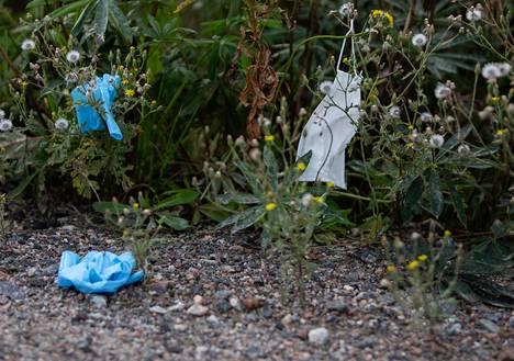 Koneistajantien ja Raudoittajantien risteyksessä olevassa pusikossa on edelleen kumihanskat ja maski.