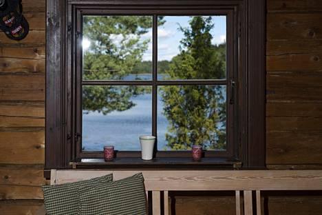 Seinät tehdään vahvasta hirrestä ja ikkunoihin tulee luukut, päätti Jussin Paavo-isä 1940-luvulla saunamökkiä suunnitellessaan.