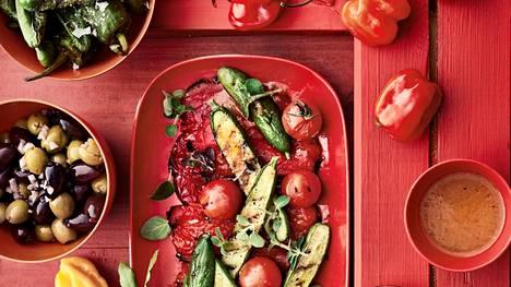 Grillissä tirisevät nyt paprikat, tomaatit, valkosipuli ja kurkku.