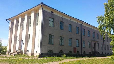 Tässä linnamaisessa kivitalossa toimi alunperin puolustusvoimien Kemiallinen koelaitos, jonka kemistejä avusti paremmalla ja huonommalla menestyksellä tuleva näyttelijä Tauno Palo. Hänen sanotaan kummittelevan talossa yhä.