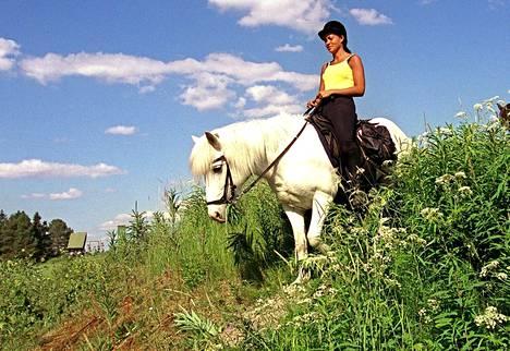 Lola harrasti nuorena ratsastusta. Kesällä 1999 Lola oli vaeltamassa islanninhevosella.